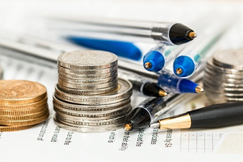 selective-focus-of-coins-and-ballpoints.jpg